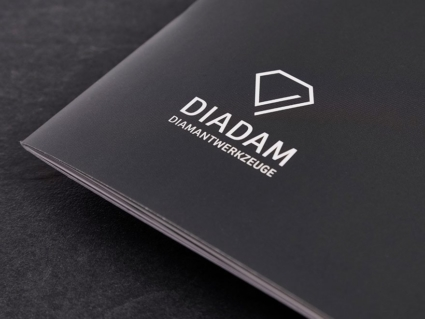 Corporate Design Diadam mit Logo auf der Imagebroschüre